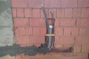 Штробление стен и прокладка труб.