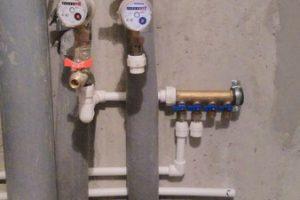Внутриквартирная коллекторная разводка точек водоснабжения и канализационной трубы.